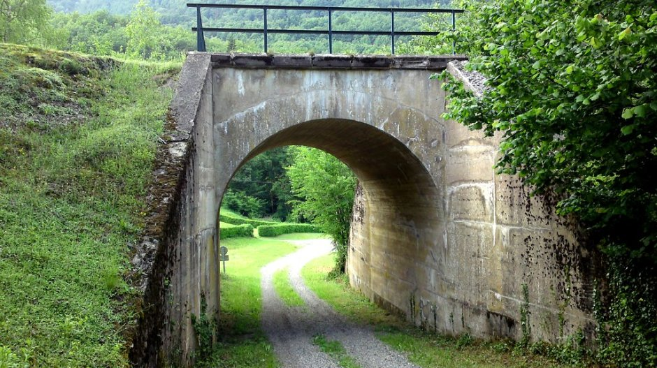 Petit pont juste après le tunnel pour rétablir un chemin communal.