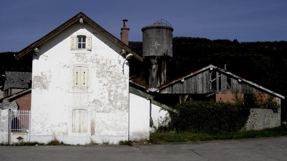 Usine et maison de garde abandonnées entre Bruyères et Gérardmer.