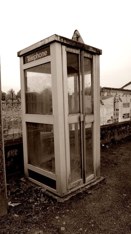 Ancienne cabine téléphonique à Uxegney.