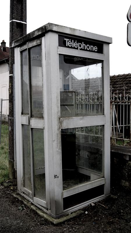Ancienne cabine téléphonique à