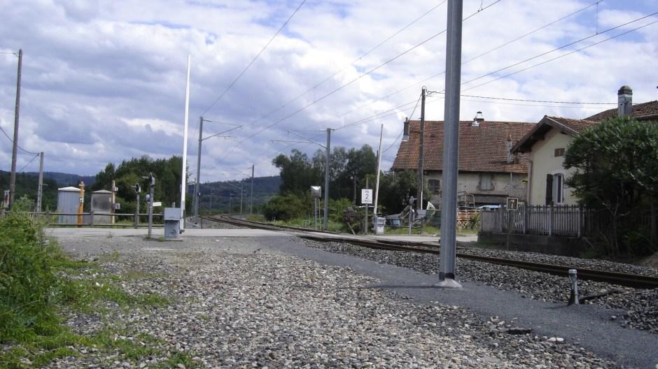 La ligne la rejoignait à cet endroit, au niveau du passage à niveau.
