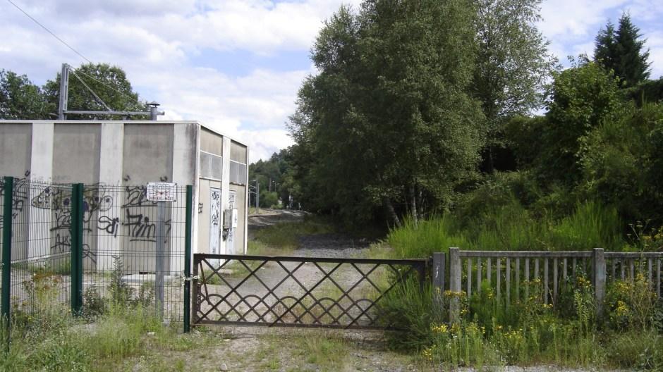 Le départ du contournement depuis la double voie de Belfort (au fond à droite). On aperçoit à gauche la double voie de Remiremont électrifiée depuis 2005.
