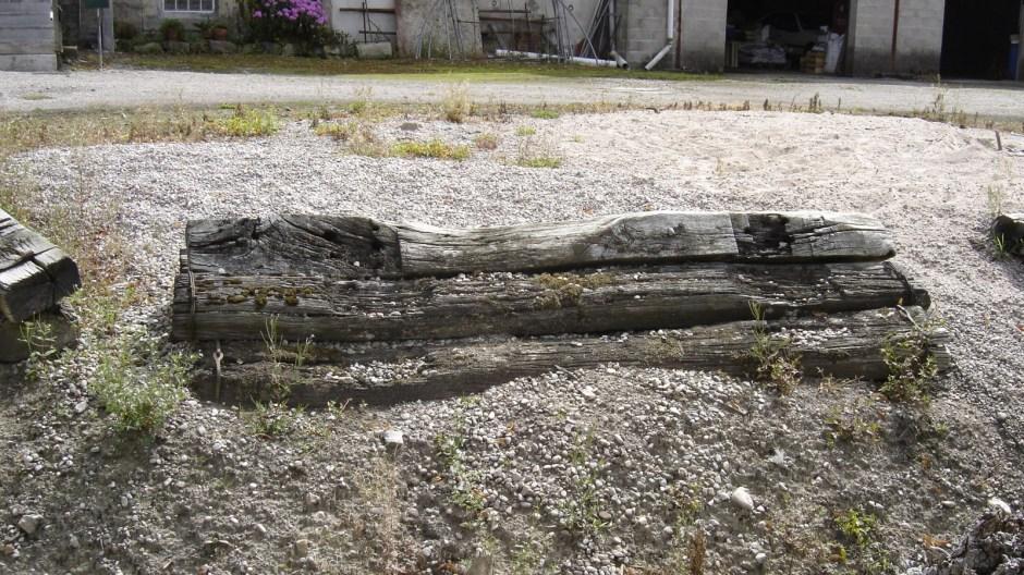 Quelques traverses originelles sont encore visibles aujourd'hui chez certains particuliers le long de l'ancienne voie militaire...