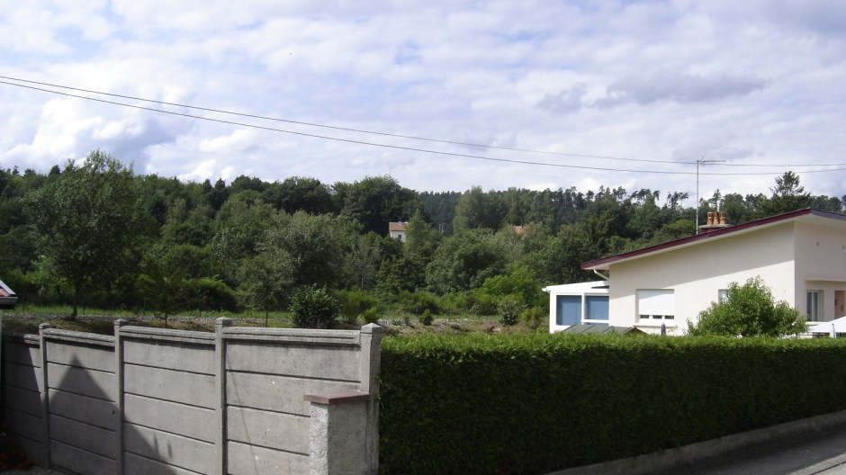 Après ce trou, la ligne continue derrière des habitations (on l'aperçoit au fond sur la photo)...