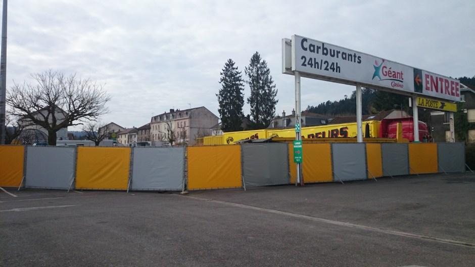 Show cascadeurs sur le parking du Géant Casino d'Epinal.