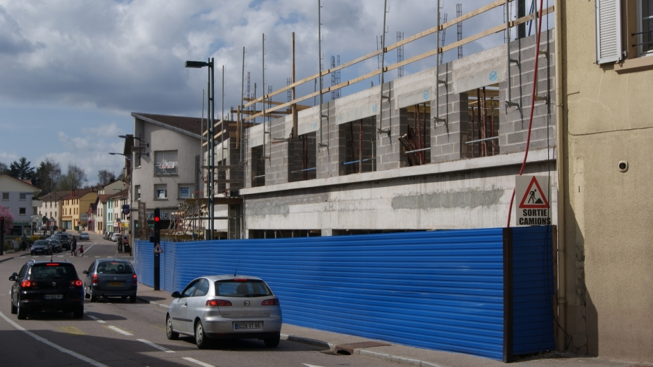 Construction d'un immeuble neuf dans le centre ville de Golbey.