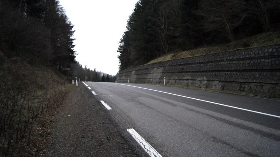 La RN66 actuelle passant au dessus de l'ancien tunnel. Tous les jours, des milliers d'automobilistes ignorent qu'ils circulent à cet endroit au dessus d'un ancien tunnel...