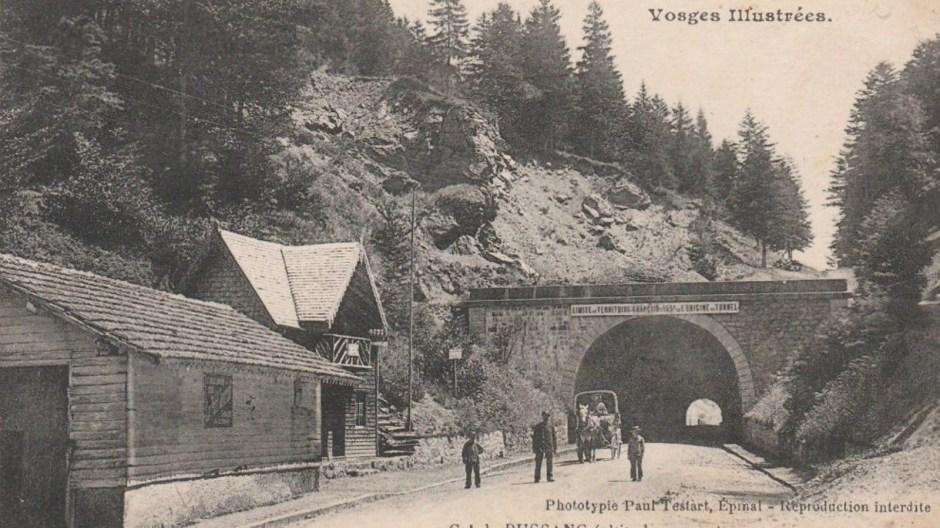 L'entrée du tunnel côté Vosgien pendant la première guerre mondiale. Notez à gauche le poste de douane.