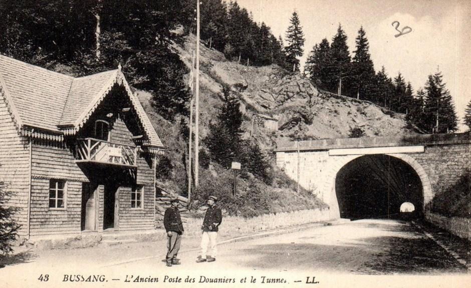 L'entrée du tunnel côté Vosgien après la première guerre mondiale. Notez l'ancien poste de douane.