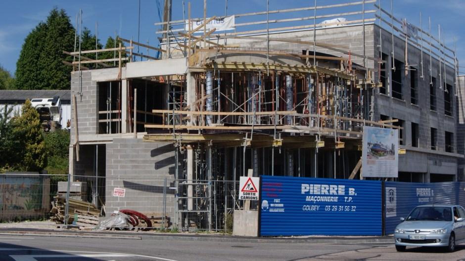 Construction d'un immeuble dans le centre-ville de Golbey.