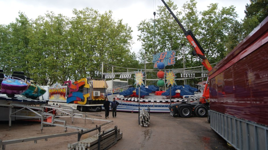 Montage de la fête foraine de la Saint-Maurice d'Epinal 2015.