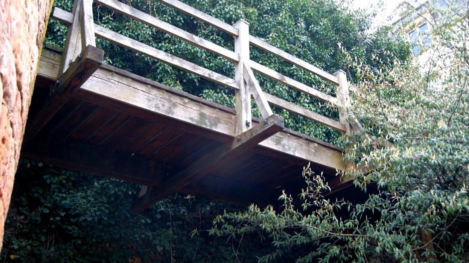 Pont en bois dans le quartier historique du Chapitre.