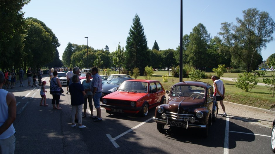 Rassemblement de voitures anciennes à Thaon-les-Vosges.